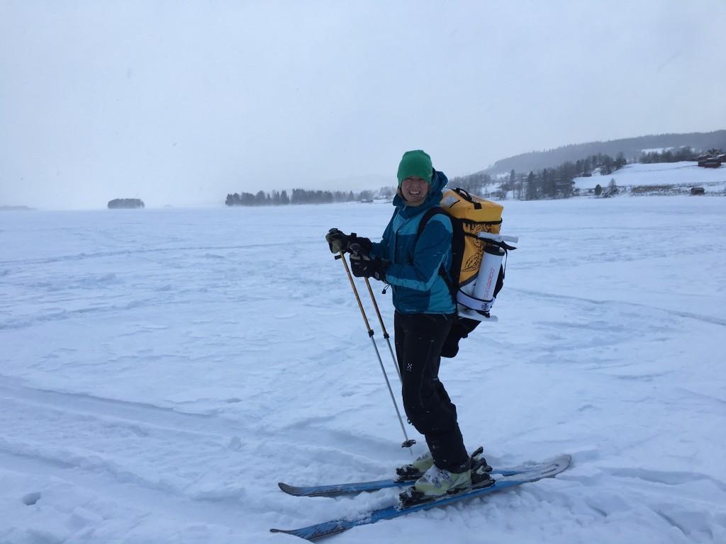 Jenny ute på Klövsjön för ett kite-försök. Tyvärr väldigt byig vind så det sket sig.