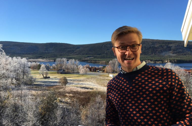 Inklipp Marcus på balkongen på nya huset i Klövsjö.